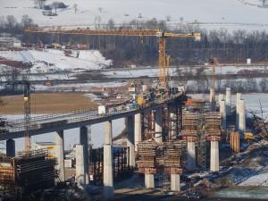 Blick auf die A 44-Wehretalbrücke, der Bau der zweiten Fahrspur geht voran